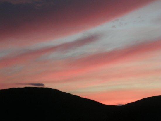 Cornamona, Irlanda: Sunset out the back