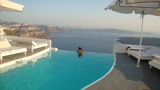 Chromata Hotel: The gorgeous infinity pool!