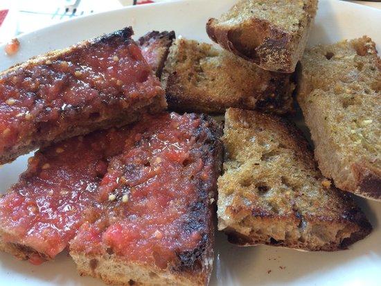 La Bodeguilla de Santa Marta: Pan con ajo y pan con tomate