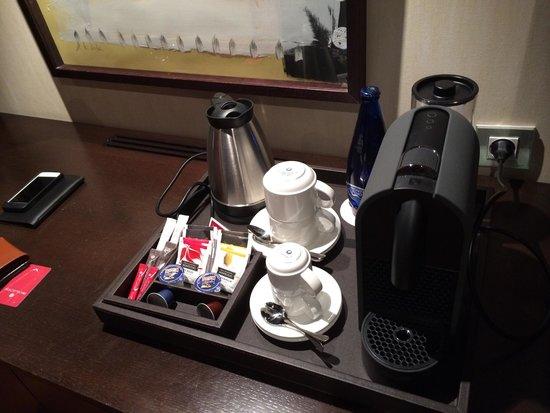NH Collection Palacio de Burgos: Bouteille d'eau fournie : trés appréciable. Café nexpresso et thé