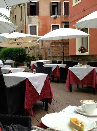 Hotel Moresco: outside for breakfast