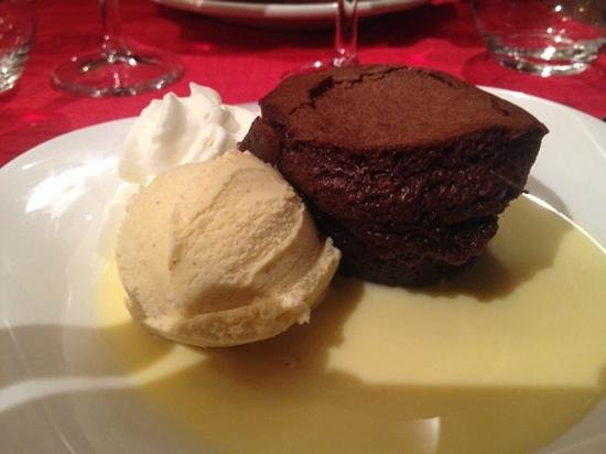 La Coccinelle: Schokotarte mit Vanilleeis und Sahne
