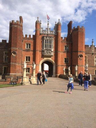 Hampton Court Palace: Entrance