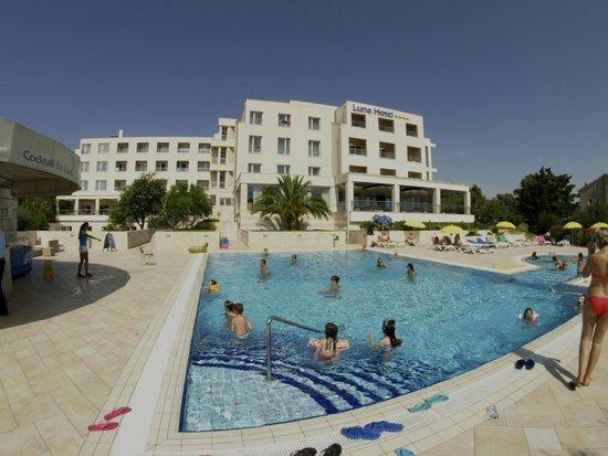 Luna Island Hotel: vista dell'hotel dalla piscina