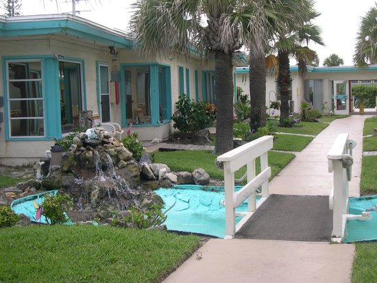 Beach Island Resort : walkway and fountain