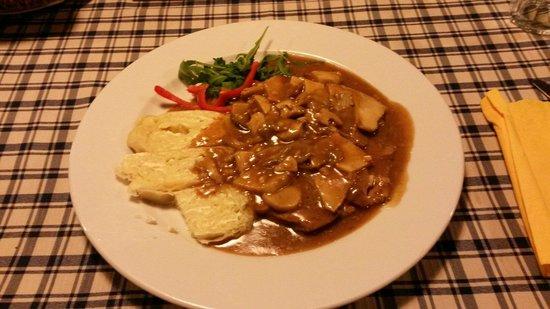 Stari Tisler: Ottimo impronunciabile in sloveno, vitello in salsa di funghi e gnocchi al formaggio.