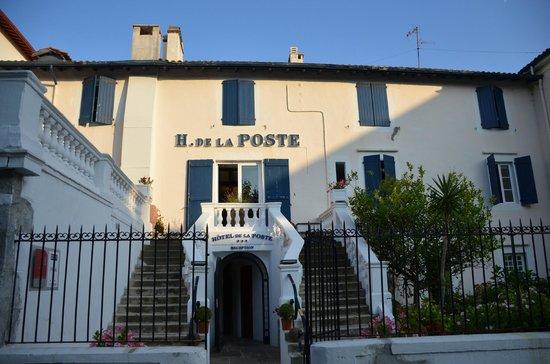 Grand Hotel de La Poste : Задний двор, выходящий на паркинг