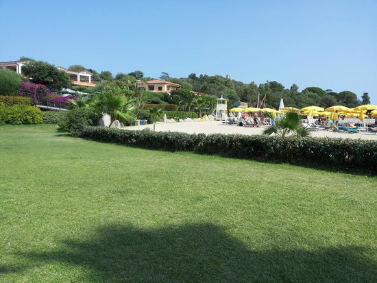 Hotel Club Saraceno : spiaggia con prato