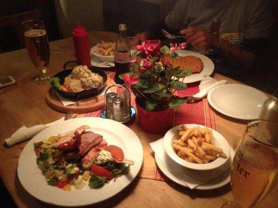 Tiroler Bauernkeller : Disfrutando en familia