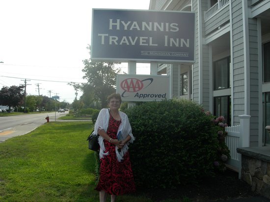 Hyannis Travel Inn: in front of inn