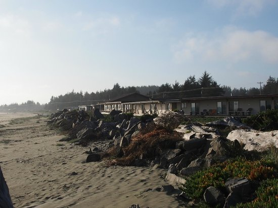 Crescent Beach Motel: this is the view from the beach to the hotel.