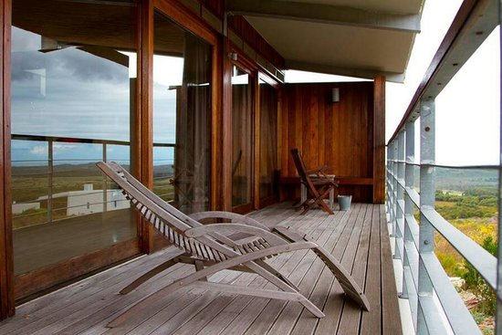 Farm 215 Nature Retreat & Fynbos Reserve: The private deck of one of the Fynbos Cottages