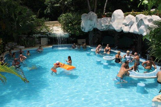 Iberostar Tucan Hotel: Piscina com bar molhado e cascata