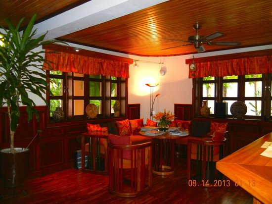 Esther's Hotel : Comfortable lobby--like home