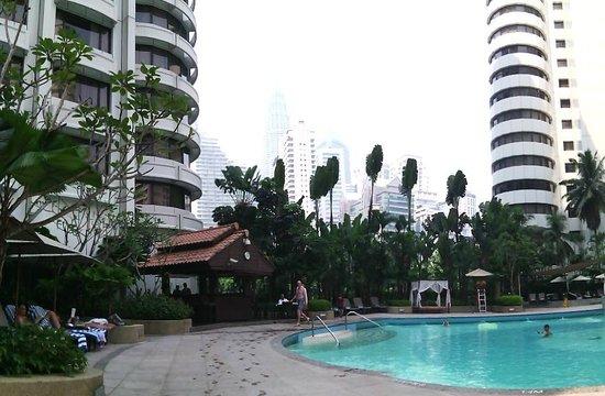 Shangri-La Hotel Kuala Lumpur : Piscina con le Petronas sullo sfondo