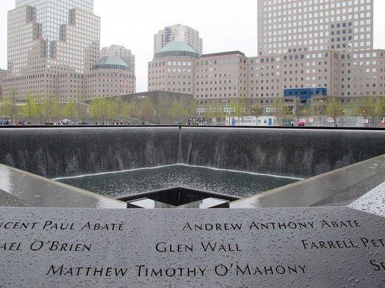 Mémorial du 11-Septembre : 911 Memorial Reflecting Pool seen from one corner