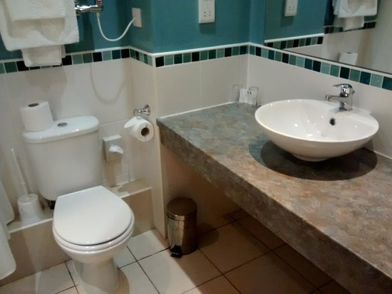 Best Western Passage House Hotel: Squeaky Clean Bathroom