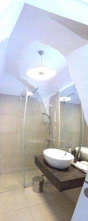 Galeria River : この様なモダンなシャワールームと洗面・トイレ 綺麗の一言.造りもしっかりしている