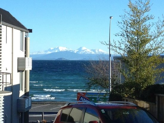 Baywater Lakeview Motel: Lake Taupo and snow on the mountains