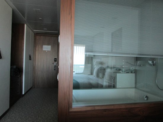 EPIC SANA Lisboa Hotel: Hall and bathroom