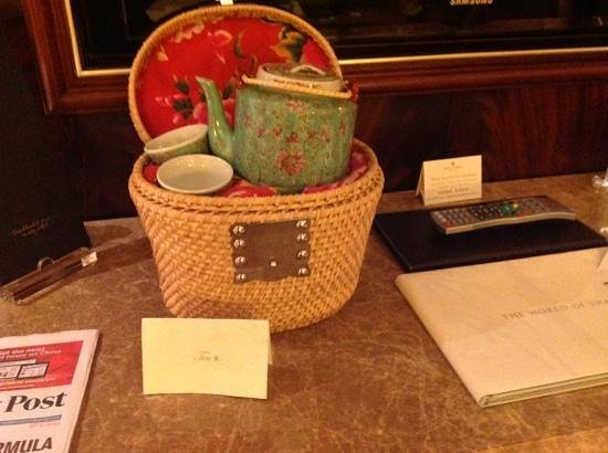 Kowloon Shangri-La Hong Kong: Green tea in a basket!! very refreshing after a long journey!!