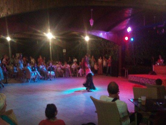 MUKARNAS SPA RESORT: Dans show ve eğlence
