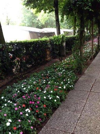 Sant' Angelo Village: la via principale decorata di fiori