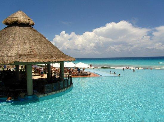 The Westin Lagunamar Ocean Resort: main pool and pool bar
