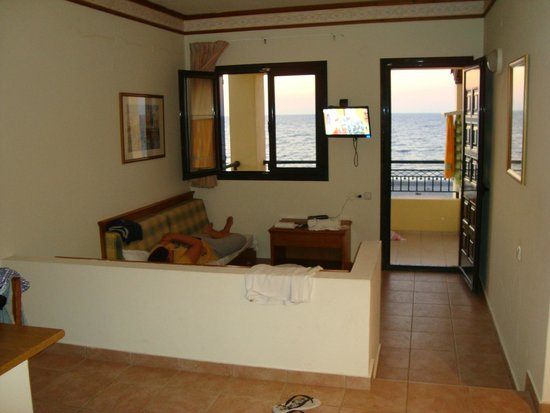 Salotto cucina con 2 letti divano e tv , vista spiaggia - Picture of ...