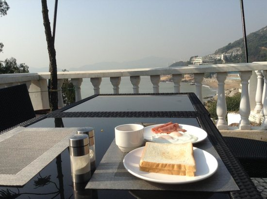 Pousada de Coloane Beach Hotel & Restaurant: Breakfast in the patio to have a wonderful view