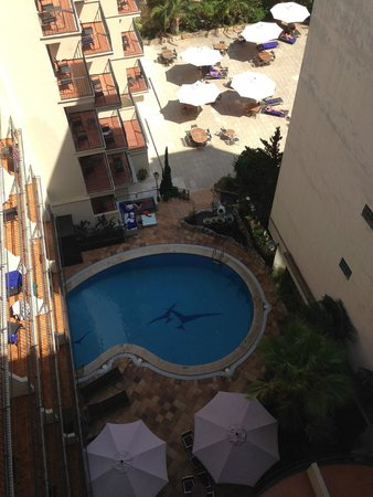 Hotel Saratoga: view from roof terrace to ground floor pool and sun bathing area.