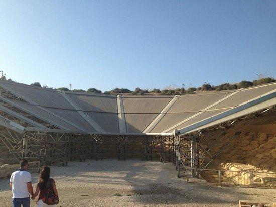Agrigento, Italy: Orrore contemporaneo sulle rovine del teatro