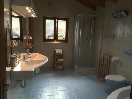 Grimisuat, Suisse : Salle de bains avec bain à remous