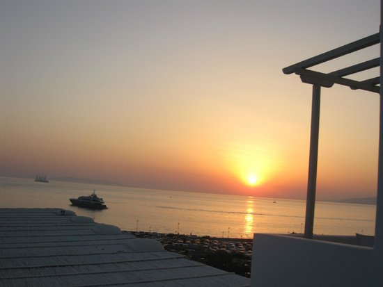 Porto Mykonos Hotel: Sunset view from poolside