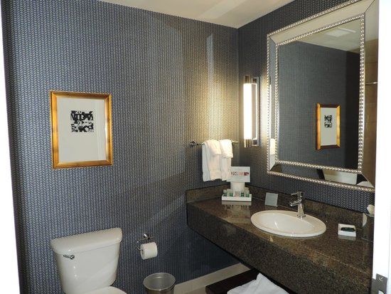 Kinzie Hotel: Updated bathroom