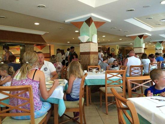 Insotel Tarida Beach Sensatori Resort: Ambiente im Speisesaal. Draussen Essen war nicht möglich.