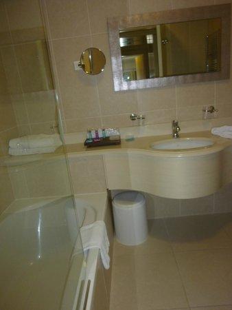 Just Hotel Lomazzo Fiera: Plein de place pour poser ses trousses de toilette etc.