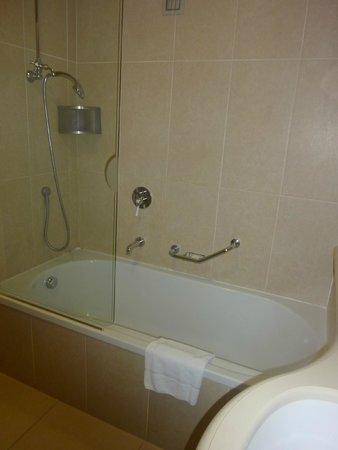 Just Hotel Lomazzo Fiera: Douche et baignoire