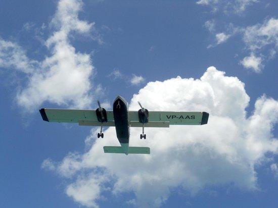 Maho Beach: Incoming plane