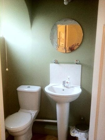 Beverley Guesthouse: Small but adequate bathroom