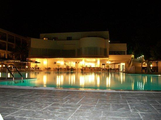 Dessole Lippia Golf Resort: Vista piscina/bar by night
