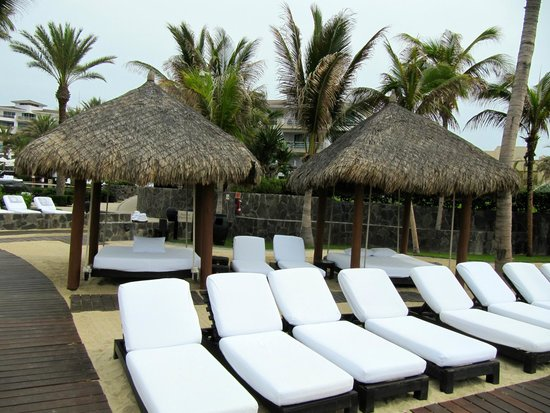 Cabo Azul Resort: Many beach chairs and relaxation beds.