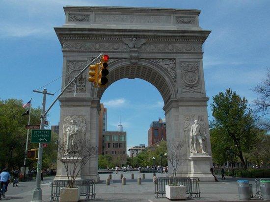 Washington Square Park: Arco del triunfo con la Freedom Tower en el fondo