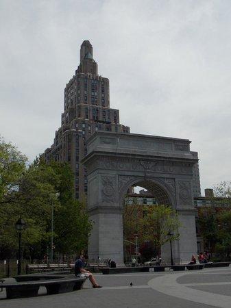 Washington Square Park: Otra vista del arco con edificios que rodean la plaza