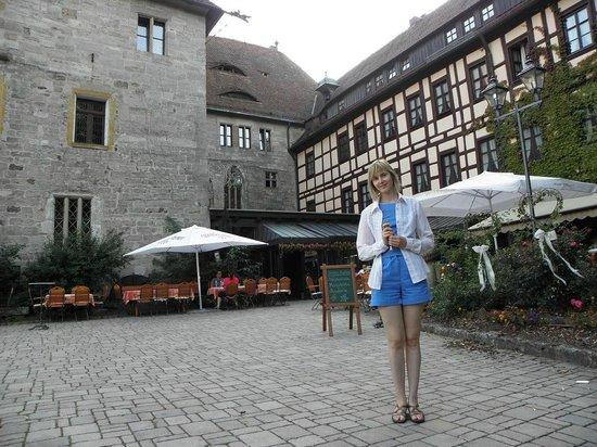 Hotel Burg Colmberg: Внутренний двор, вход. Окна мансардных и обычных номеров