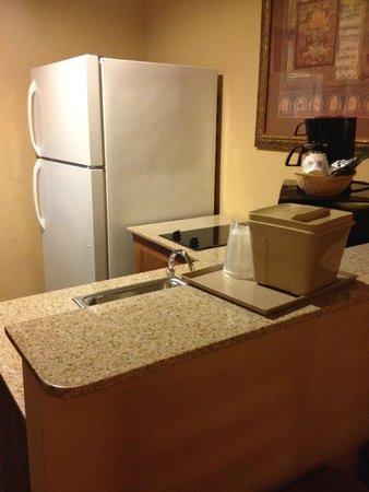 Comfort Inn & Suites : Kitchen area in room