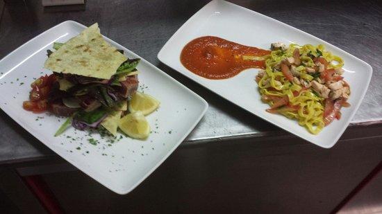 Ristorante Pizzeria Borgo San Giovanni : Millefoglie di tonno e tagliatelle gialle fatte in casa con salmone, asparagi di mare e coulis d