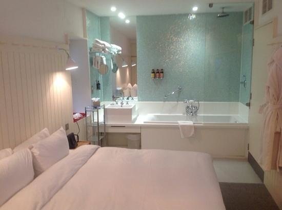 Leicester House : bath in the bedroom