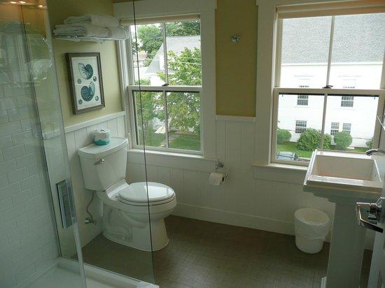 The Colonial Inn: Bathroom - Room 401