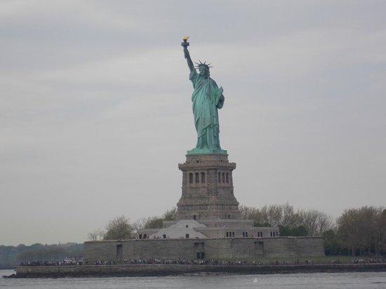 Staten Island Ferry : Vista de la estatua desde el ferry.